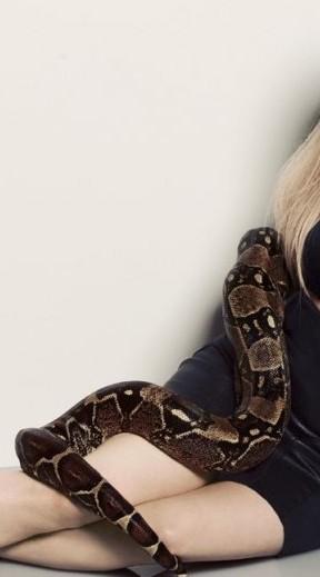 Bernadette (Melissa Rauch) avec un serpent