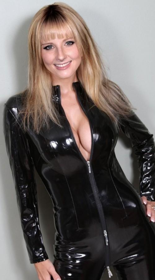 Bernadette (Melissa Rauch) en tenue sexy