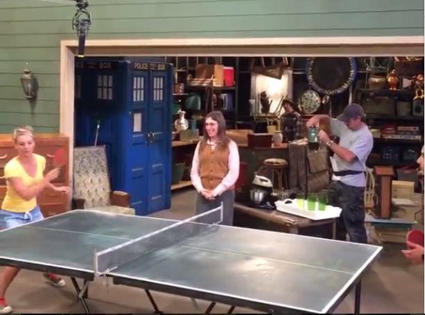 Penny écrase Rajesh au Ping Pong !
