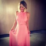 Penny (Kaley Cuoco) en robe rose