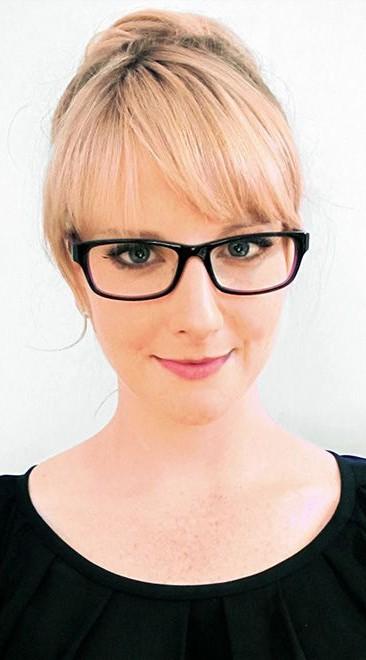 Bernadette (Melissa Rauch) avec des lunettes